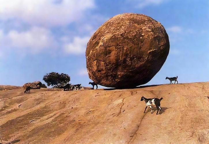 Tảng đá nằm thăng bằng trên sườn đồi suốt nhiều thế kỷ.