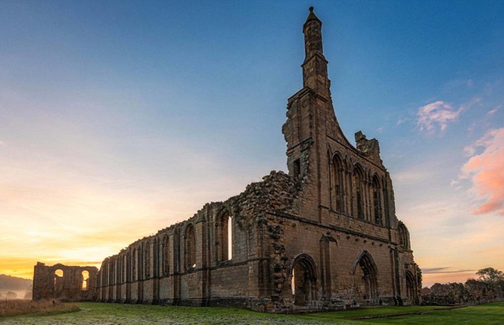 Vẻ đẹp cổ kính, tráng lệ của lâu đài Abbey bị bỏ quên ở North Yorkshire trong ánh bình minh.