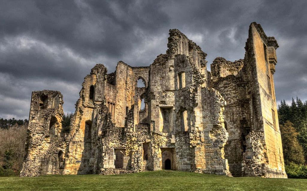 Lâu đài Wardour ở gần làng Tisbury được xây dựng từ thế kỷ 14
