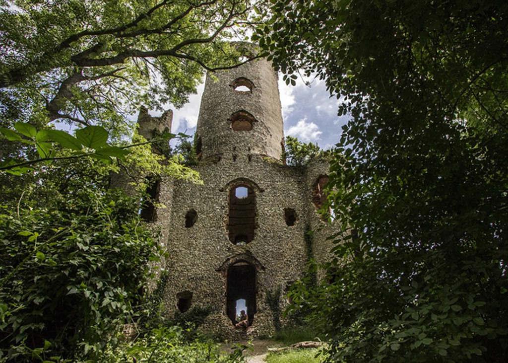 Lâu đài Racton Folly gần Walder được xây dựng vào thế kỷ 18 trong một khu rừng thưa.