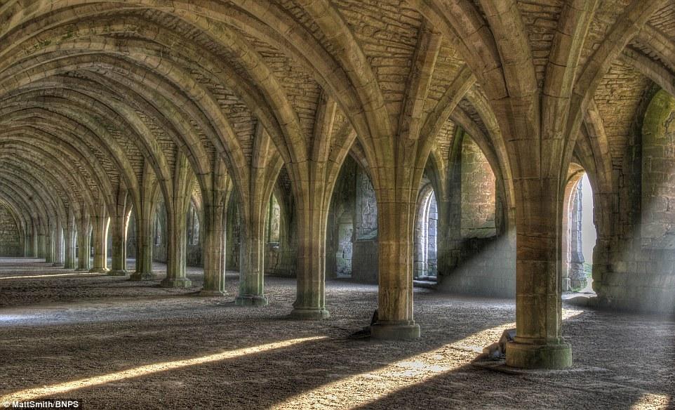 Vẻ đẹp hoành tráng bên trong lâu đài Grade 1 trên núi Abbey ở North Yorkshire.