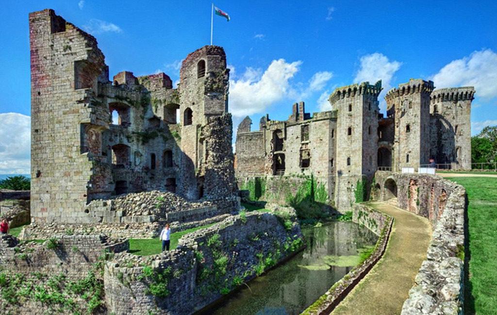 Lâu đài Raglan được xây dựng trong những năm 1430.