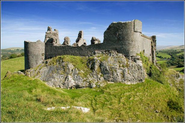 """Lâu đài Carreg Cennen có nghĩa là """"Lâu đài trên tảng đá"""" ở công viên quốc gia Brecon Beacons ở xứ Wales."""