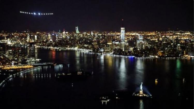 Solar Impulse 2 bay qua thành phố New York và tượng Nữ thần Tự do.