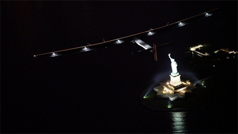 Máy bay Solar Impulse 2 bay sát Tượng thần Tự do ở New York.