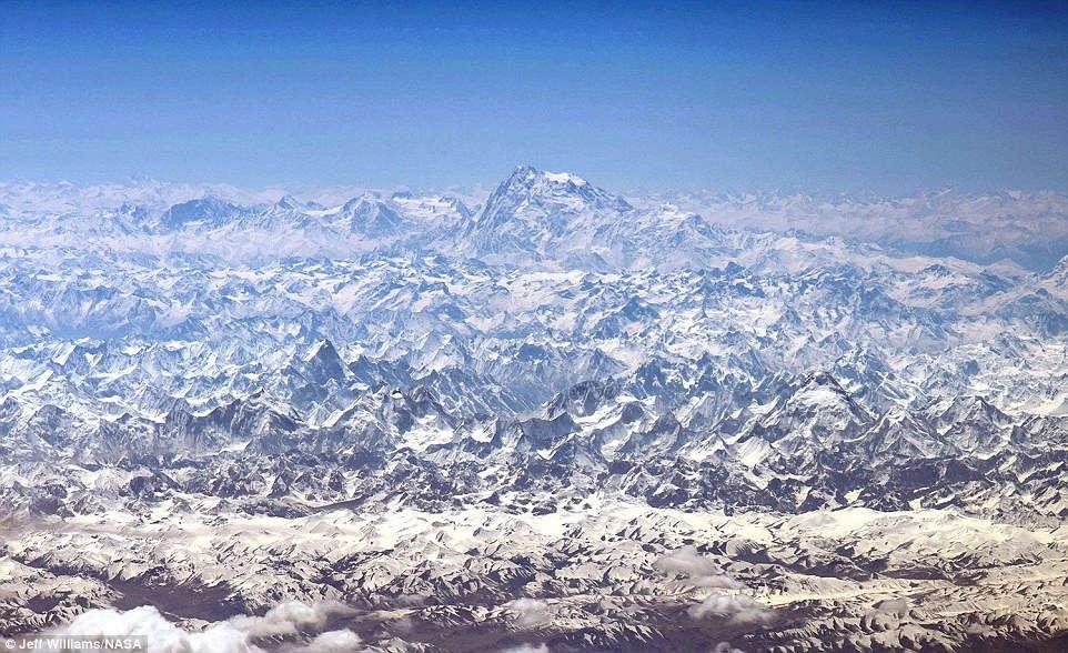 Khoảnh khắc dãy Himalaya khoác lên mình bộ áo choàng mùa đông trắng, thơ mộng
