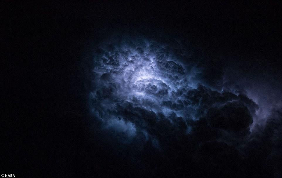 """Một tia sét khác bất ngờ rọi vào vòm mây bão đang """"oanh tạc"""" trên Trái đất."""