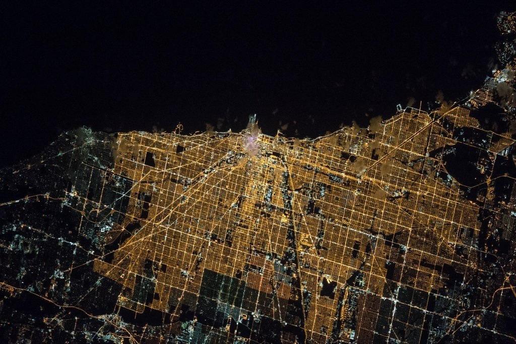 Vẻ đẹp choáng ngợp của thành phố Chicago về đêm vô tình được phi hành gia Tim Kopra chụp lại