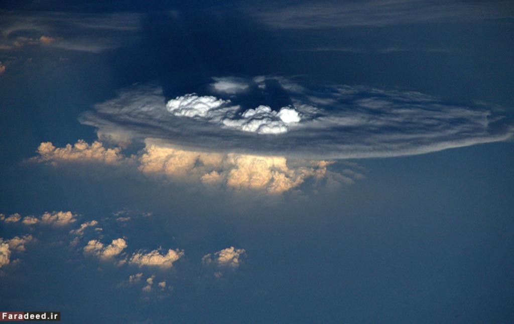 Tạo hình tiên cảnh từ những khối mây nhìn từ không gian.
