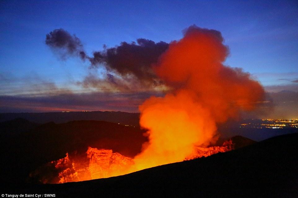 Khói màu cam bốc lên bầu trời từ hồ dung nham nóng chảy đỏ rực trong miệng núi lửa Masaya.