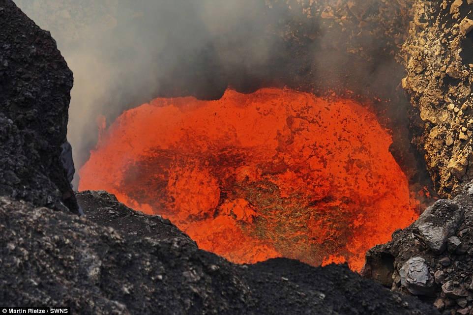 Hồ dung nham xuất hiện khi đá nóng chảy tích tụ trong miệng núi lửa và nhiệt độ ở đây có thể lên tới 1.000 độ C.