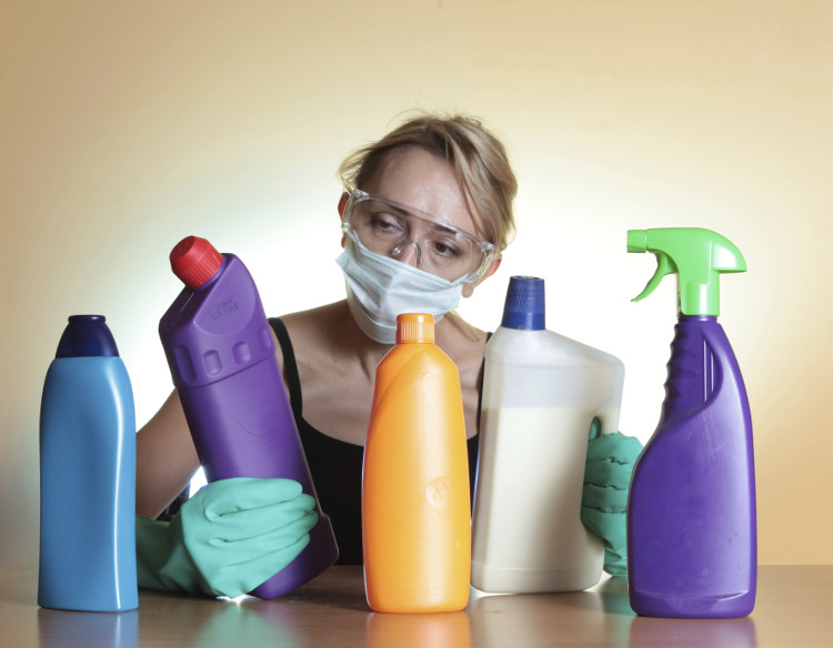 Hít phải amoniac nồng độ thấp hơn sẽ gây ho, kích ứng mũi, họng. Nuốt vào cơ thể gây phỏng miệng, họng và dạ dày.