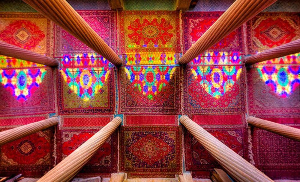 Một góc nhìn khác với những cây cột và đầy màu sắc trong nhà thờ Hồi giáo Nasir al-Mulk tại Shiraz.