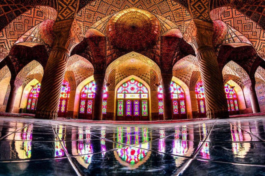 Bên trong đền Nasir al-Mulk là cả một thế giới màu sắc, nó còn được gọi là Đền Hồi Giáo màu hồng (Pink Mosque)