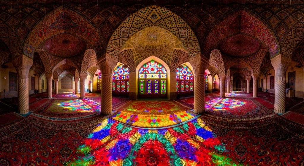 Một cái nhìn toàn cảnh của nhà thờ Hồi giáo Nasir Al-Mulk, được hoàn thành vào năm 1888.