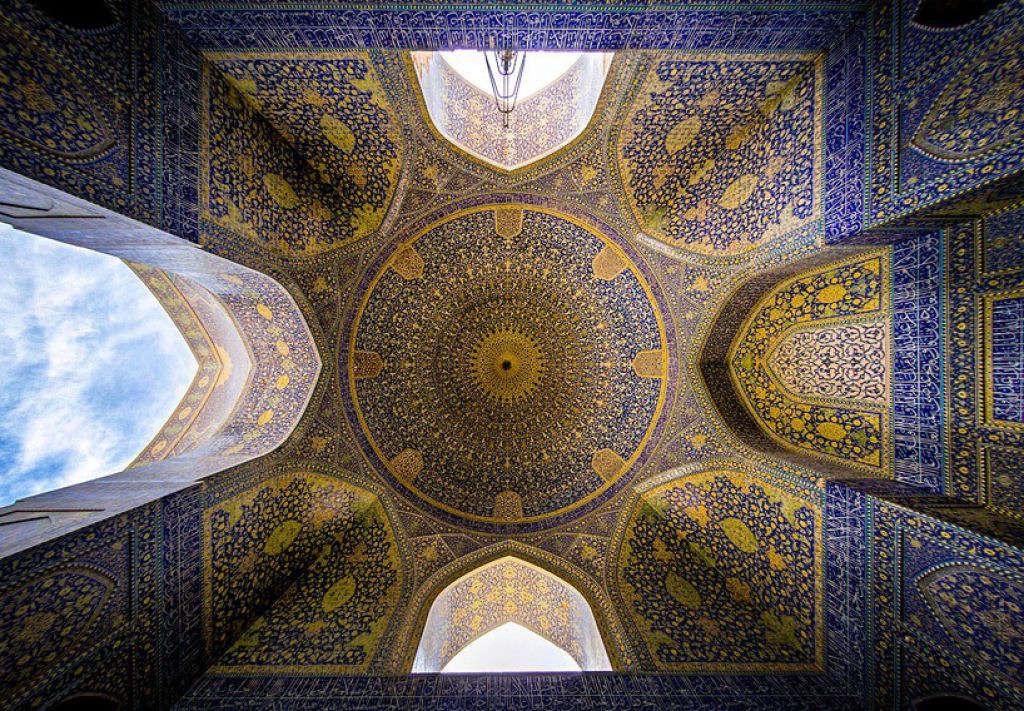 """""""Nhà thờ Hồi giáo Shah"""" còn được gọi là """"Nhà thờ Hồi giáo Emam"""", là một nhà thờ Hồi giáo ở Isfahan, Iran, nằm ở phía nam của Naghsh-e Jahan, được hoàn thành vào năm 1629."""