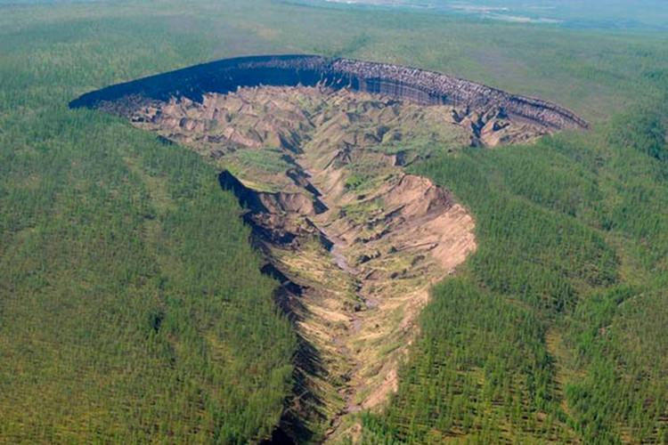 Cái hố hình thành vào thập niên 60, khi một khoảng rừng bị mất đi, đất bị sụt xuống.