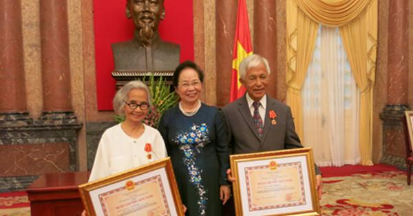 Năm ngoái, Nguyên Phó Chủ tịch nước Nguyễn Thị Doan trao Huân chương hữu nghị cho Giáo sư Lê Kim Ngọc và Giáo sư Trần Thanh Vân (bên phải ngoài cùng).