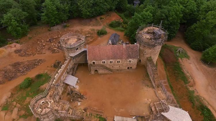 Lâu đài Guédelon được xây dựng với công nghệ thời Trung Cổ.