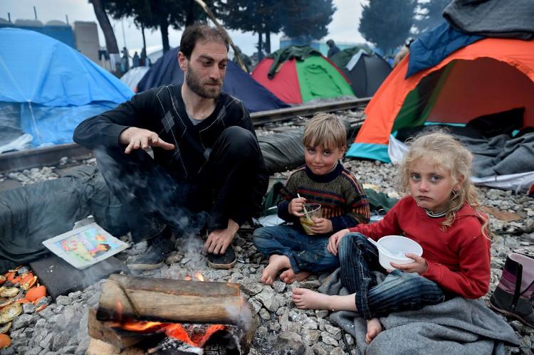 Trẻ em di cư ở tại những căn lều tạm.