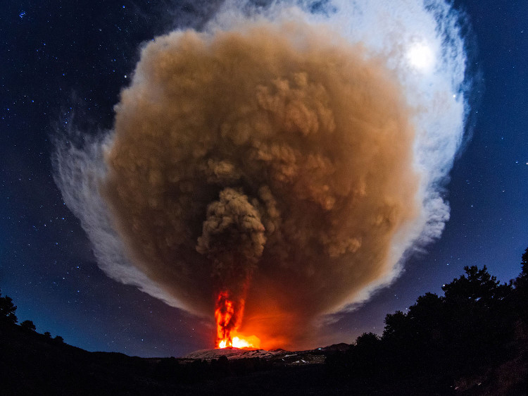 Một vụ phun trào của núi lửa Etna ở Italy vào năm 2013.