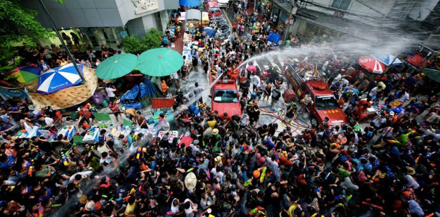 Songkran là một trong những lễ hội té nước lớn nhất thế giới, diễn ra vào tháng 4 - tháng nóng nhất ở Thái Lan.