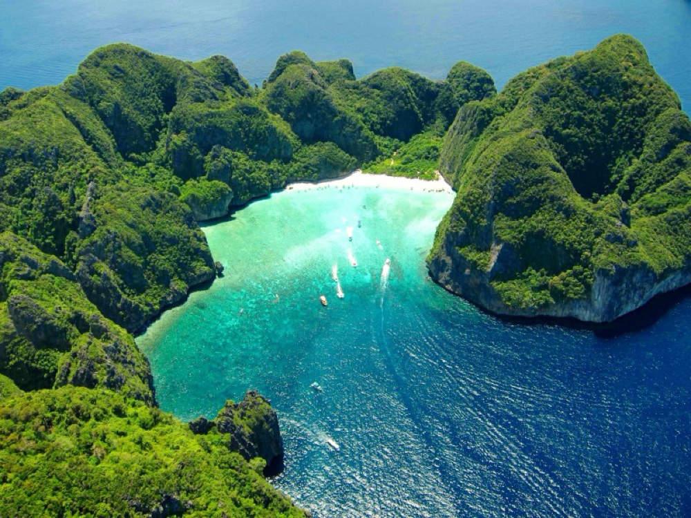 Đất nước này có hơn 1.400 hòn đảo, trong đó nổi tiếng nhất là Koh Phi Phi gần Phuket