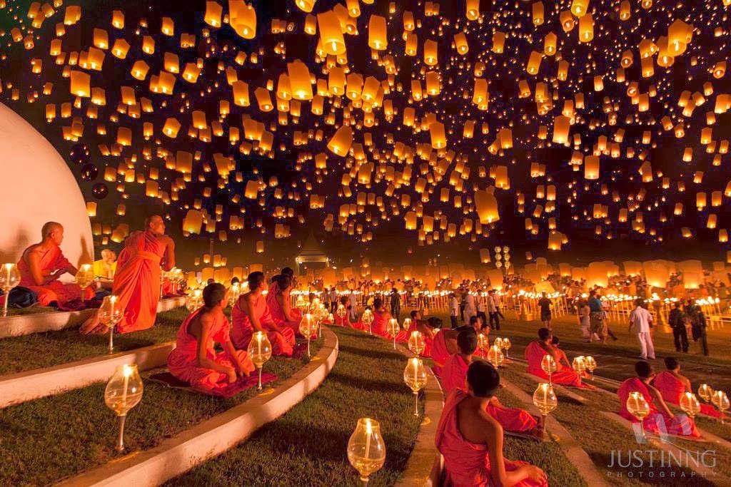 Một lễ hội nổi tiếng khác của quốc gia này là Yi Peng, diễn ra vào tháng 11 ở Chiang Mai.