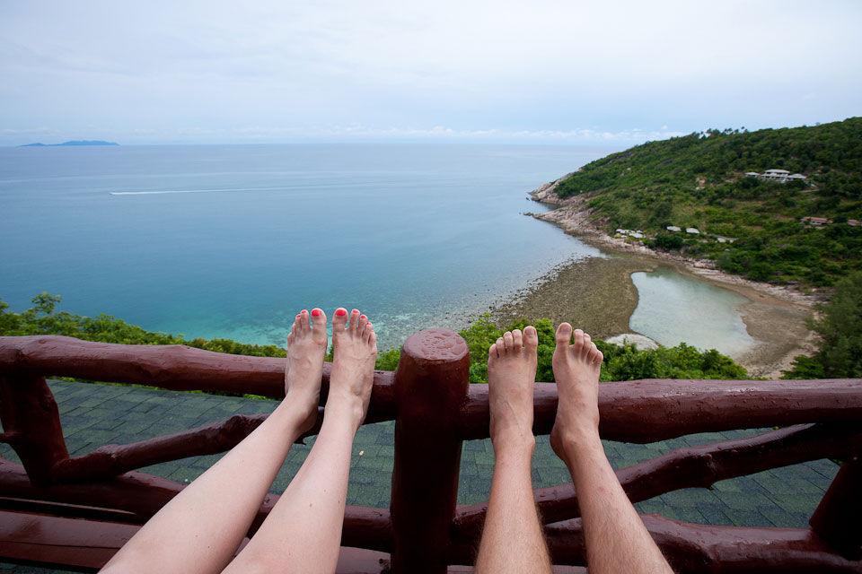 Người Thái coi chân là bộ phận bẩn và thấp kém nhất, do đó không nên chĩa chân về phía người khác hay vào đền chùa.