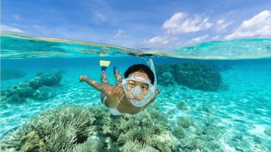 Du khách có thể bơi lặn trong làn nước trong vắt ở đây, hay khám phá các khu rừng mưa và leo núi.