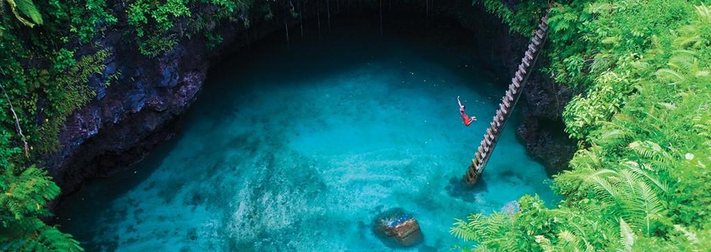Du khách có thể trèo xuống đây qua một cầu thang và thỏa thích thư giãn trong làn nước xanh biếc. Những người giỏi lặn còn có thể khám phá hang ngầm dẫn ra biển