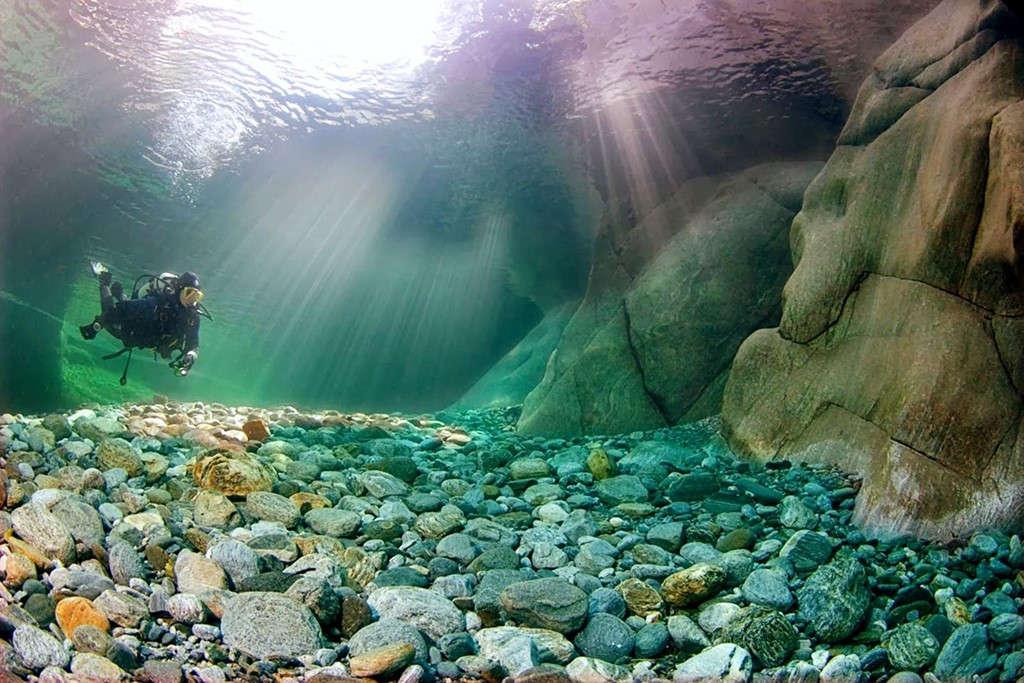 Nước ở đây có màu xanh ngọc và rất trong