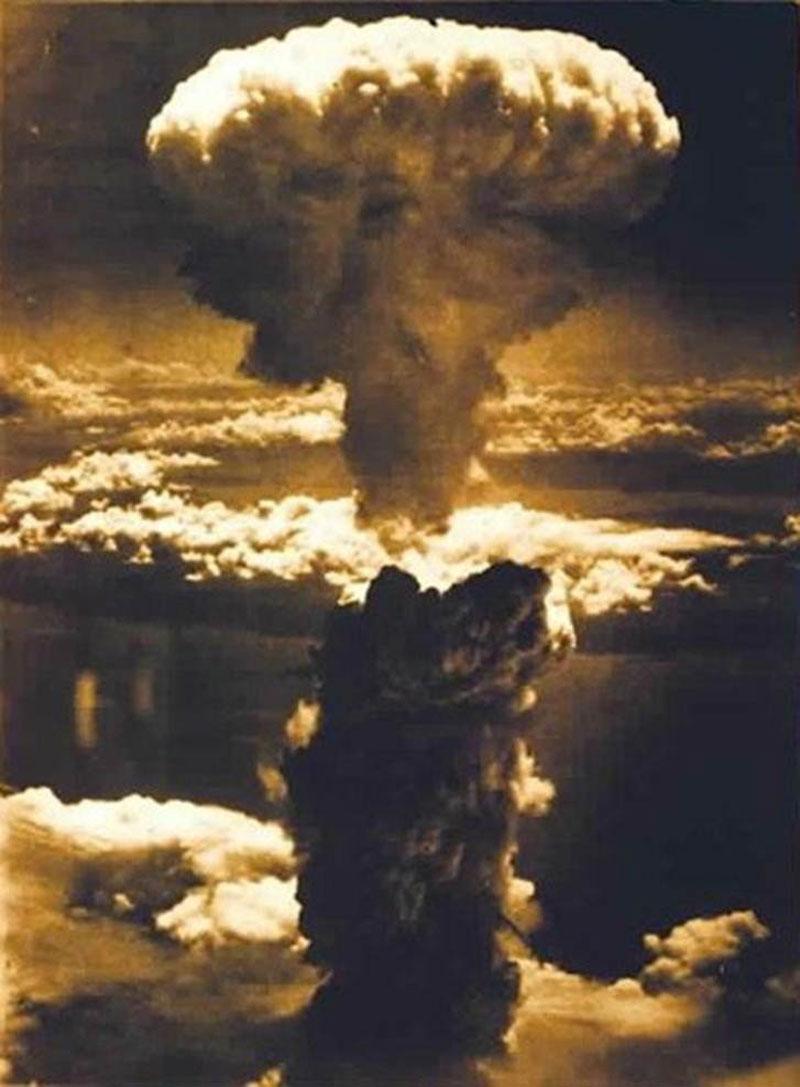 """Bom nguyên tử """"Fat Man"""" nặng 4.633 kg, đường kính 1,5 m và chiều dài 3,3 m."""