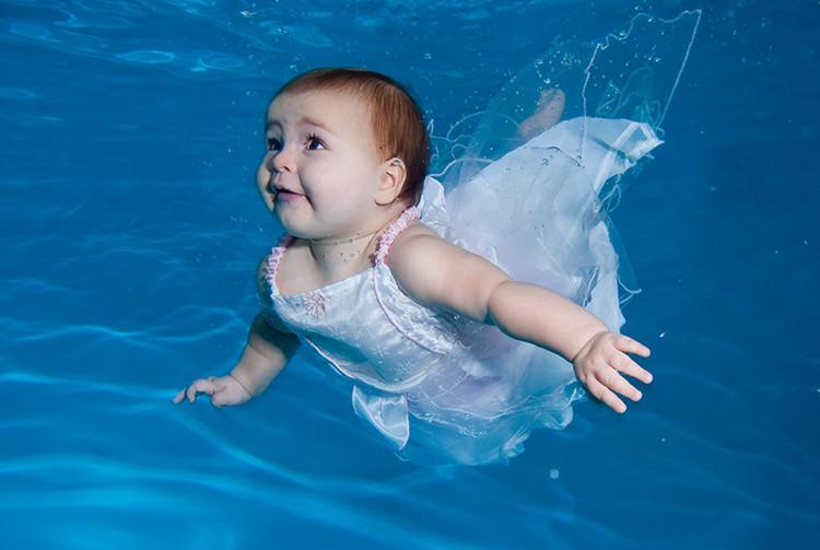 Đầu ngập dưới nước nhưng bé vẫn có khả năng thở bình thường.