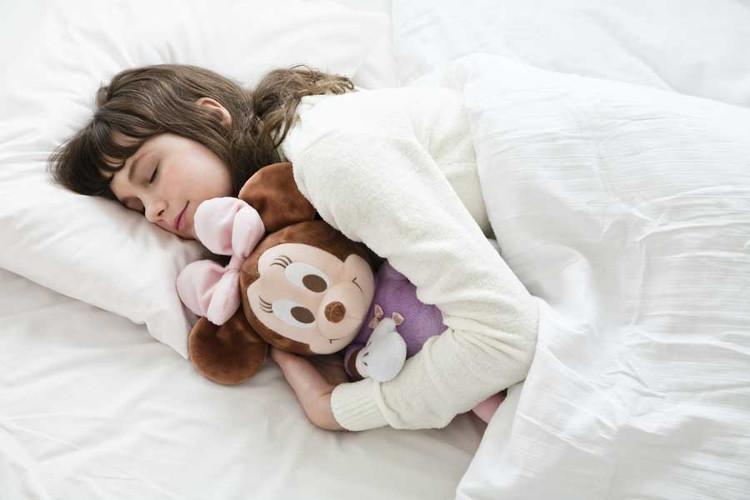 Nhiều người thích để điều hòa lạnh rồi đắp chăn đi ngủ.