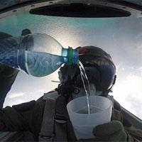 Video: Phi công uống nước khi lái chiến đấu cơ lộn ngược