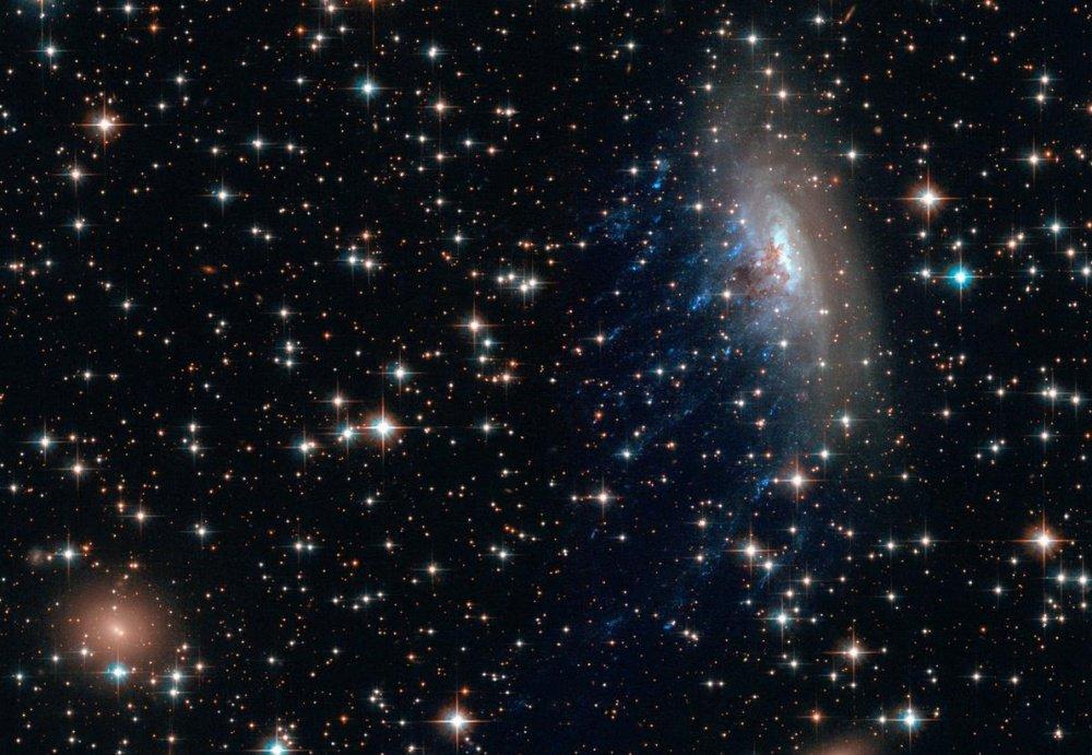 Thiên hà xoắn ốc ESO 137-001 nằm trong cụm thiên hà Abell 3627. Nó đang chuyển động quá nhanh và để lại một vệt đuôi với mật độ cao các ngôi sao đang hình thành trong đó.