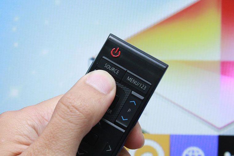 Biểu tượng nút nguồn trên điều khiển tivi.