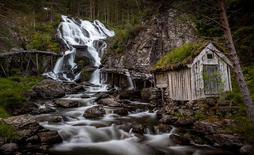 Bên thác nước Kvednafossen, Na-uy