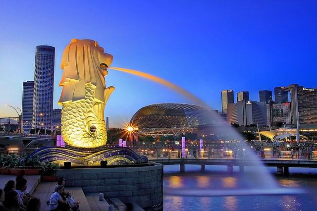 Linh vật Merlion của có đầu sư tử, mình cá phun nước và đang cưỡi sóng xanh là hình ảnh đại diện cho Singapore.