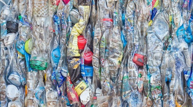 Trung bình cứ mỗi phút, tám tấn rác nhựa được thải ra hằng năm.