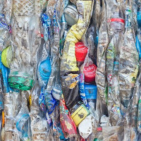 Nhà khoa học tìm ra cách tái chế chai nhựa thành dầu diezel