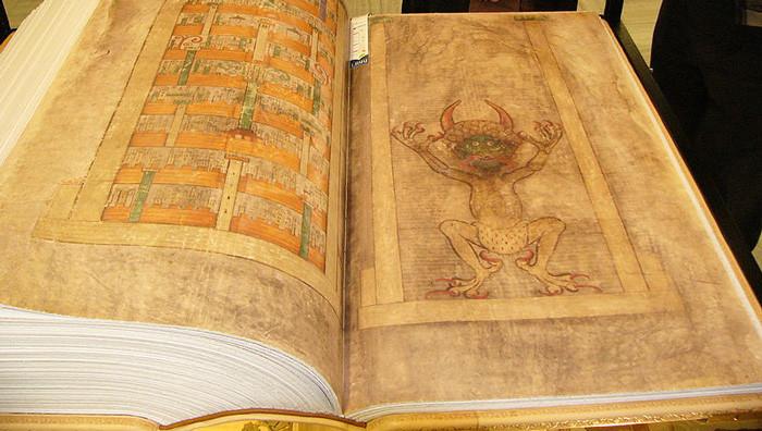Hình vẽ quỷ Satan trên cuốn sách.