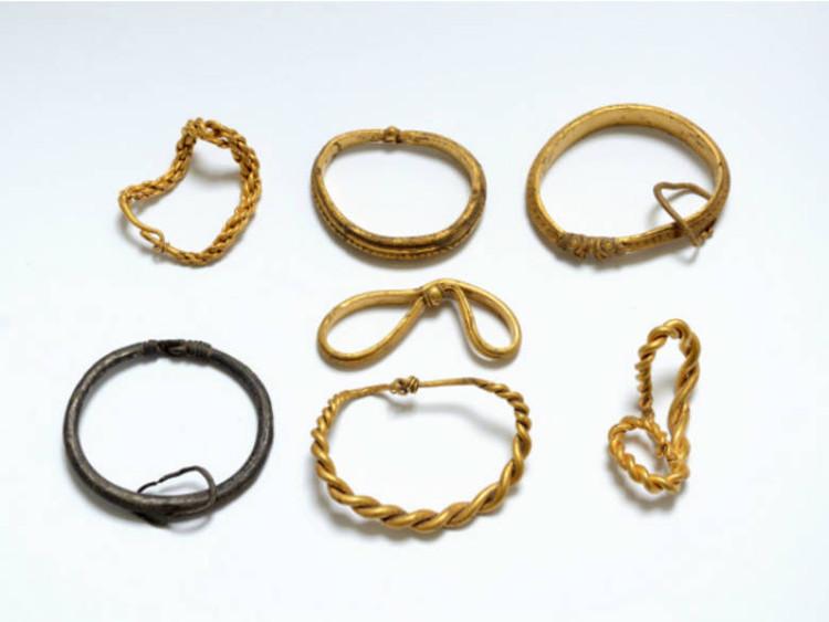 Những chiếc dây chuyền vàng và bạc có tổng trọng lượng gần một kilogram.