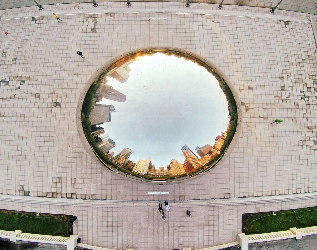 Hình ảnh thành phố phản chiếu trong tác phẩm Cloud Gate được đặt ở Chicago.