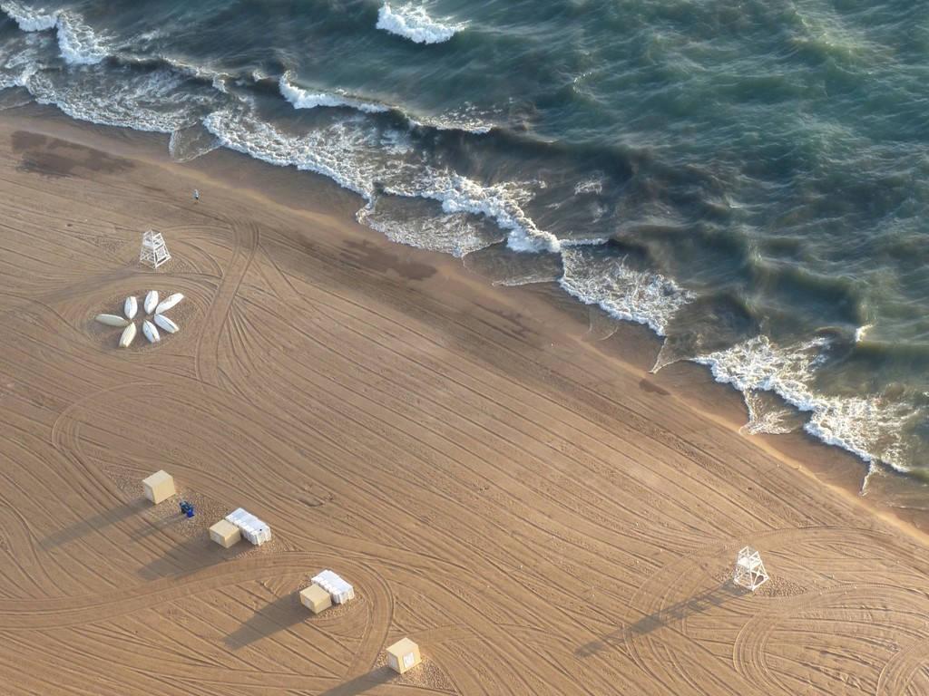 Bãi biển Oak Street ở Chicago với bờ cát mịn và sóng hiền hòa.