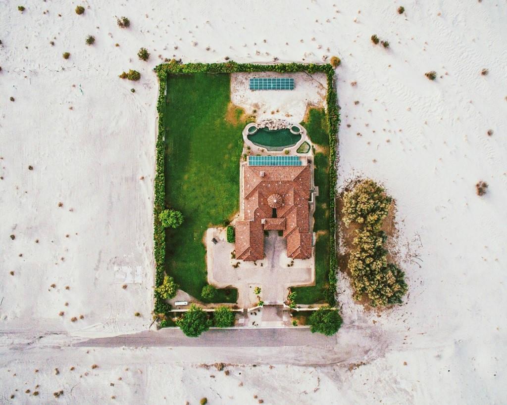 Một ngôi nhà ở Palm Springs (California) trông như ốc đảo xinh xắn, xanh tươi giữa sa mạc.