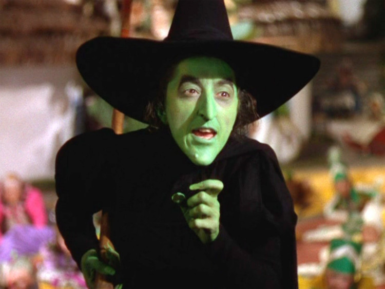 Hình ảnh rập khuôn thường được biết đến về phù thủy là đội mũ đen, nhọn, rộng vành.