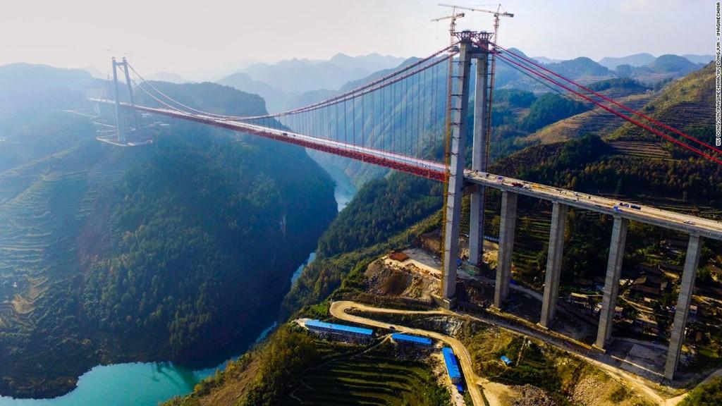 Cây cầu treo khổng lồ dài 2.171 m bắc qua sông Thanh Thủy là một trong những cây cầu lớn nhất thế giới