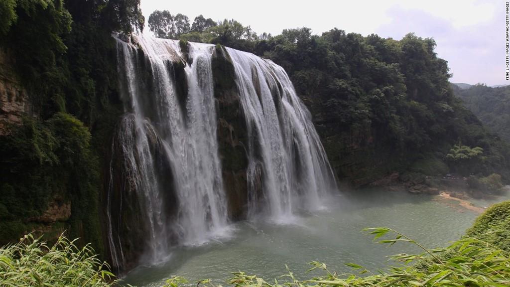 Thác Hoàng Quả Thụ cao 67 m, rộng 83 m là ngọn thác lớn nhất Trung Quốc.